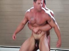 Musculosas dominantes, Musculosa dominante, Dominado gay